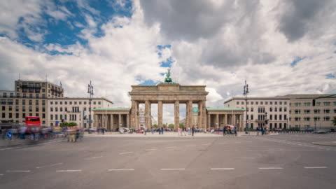 vídeos y material grabado en eventos de stock de brandenburg gate berlin sun timelapse with traffic and dynamic clouds - berlín
