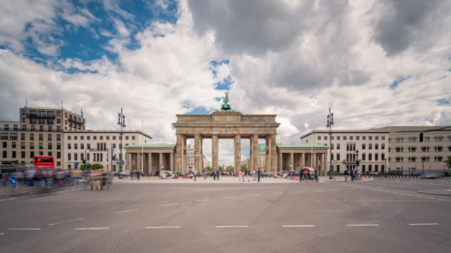 vídeos de stock e filmes b-roll de brandenburg gate berlin sun timelapse with traffic and dynamic clouds - berlim
