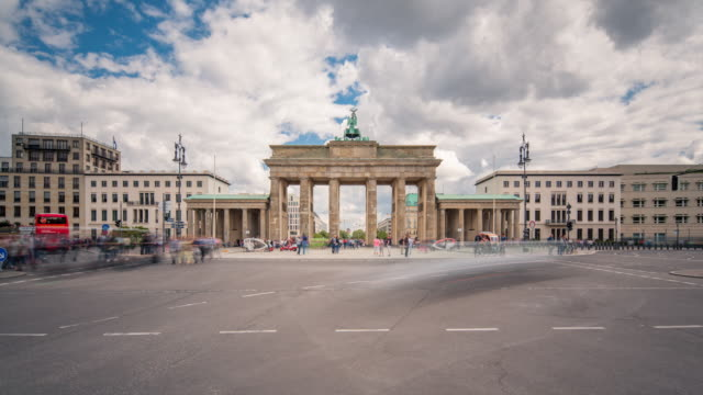 vídeos de stock e filmes b-roll de brandenburg gate berlin sun timelapse zoom with traffic and dynamic clouds - berlim