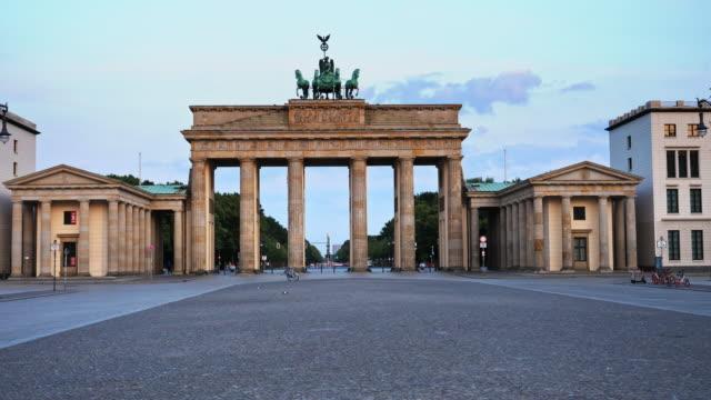 stockvideo's en b-roll-footage met brandenburger tor, berlijn sunrise - brandenburgse poort