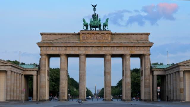 vídeos de stock, filmes e b-roll de porta de brandemburgo, nascer do sol de berlim - vista de ângulo baixo