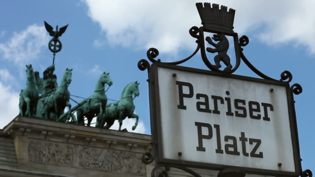 brandenburg gate, berlin - timelapse - monumente stock videos & royalty-free footage