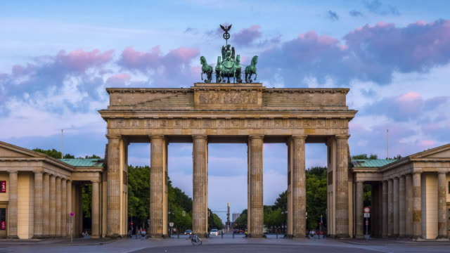 brandenburg gate, berlin - statue stock-videos und b-roll-filmmaterial