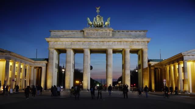 stockvideo's en b-roll-footage met brandenburger gate berlin - brandenburgse poort