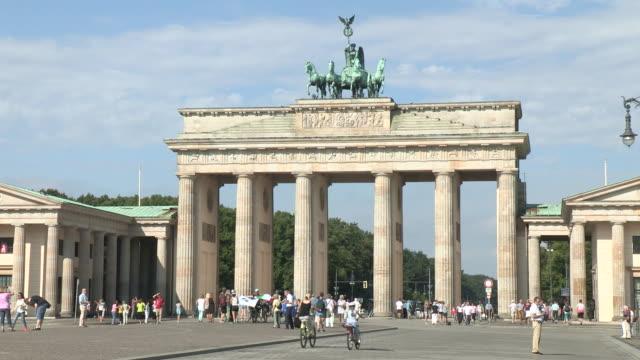 brandenburg gate, berlin - standbildaufnahme stock-videos und b-roll-filmmaterial