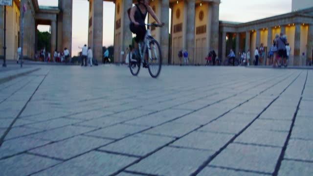 stockvideo's en b-roll-footage met brandenburg gate dolly shot - brandenburgse poort