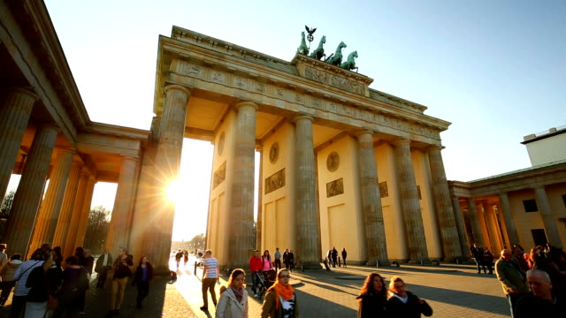 vídeos de stock e filmes b-roll de brandenburger tor in berlin, realtime - berlim