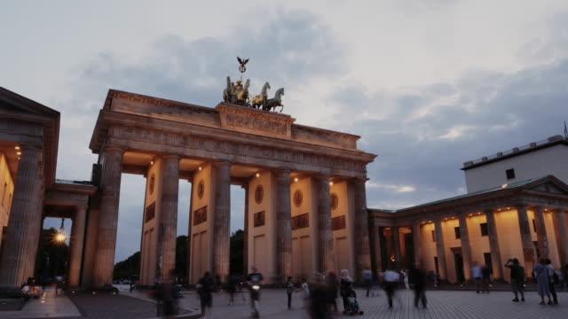 brandenburger tor in berlin - sommersonnenuntergang in der nähe des berühmten wahrzeichens - statue stock-videos und b-roll-filmmaterial