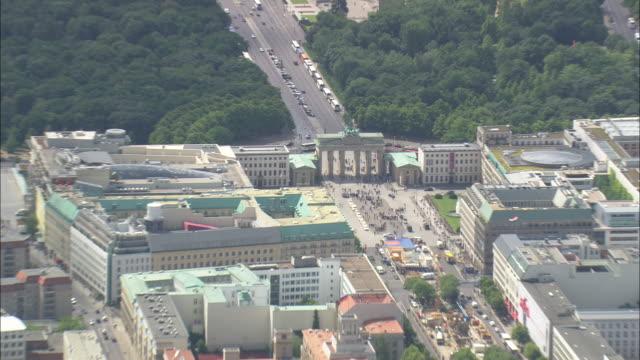brandenburg gate in sun - berlin stock videos & royalty-free footage