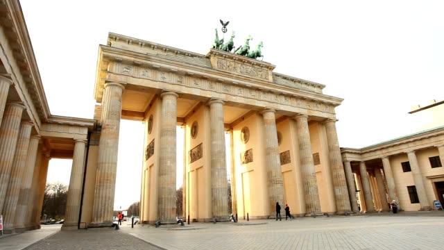 stockvideo's en b-roll-footage met brandenburg gate in wintertime - brandenburgse poort
