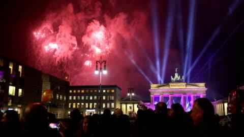 vídeos y material grabado en eventos de stock de brandenburg gate on new year's eve night - berlín