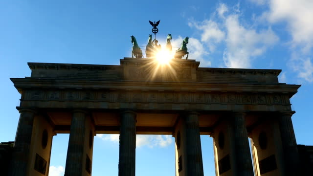 brandenburger tor in berlin, zeitraffer - deutschland stock-videos und b-roll-filmmaterial