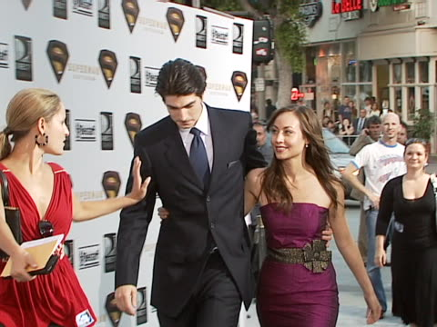 brandon routh and courtney ford at the superman returns premiere at mann villiage in westwood california - brandon routh bildbanksvideor och videomaterial från bakom kulisserna