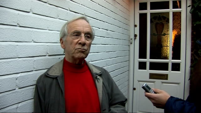 vidéos et rushes de andrew sachs speaks to reporters england london ext andrew sachs towards past / press running after sachs andrew sachs actor spanish waiter manuel in... - jonathan ross journaliste anglais