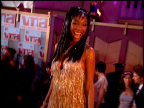 vídeos y material grabado en eventos de stock de brandy arriving at the arriving to the 2002 mtv video music awards red carpet - 2002