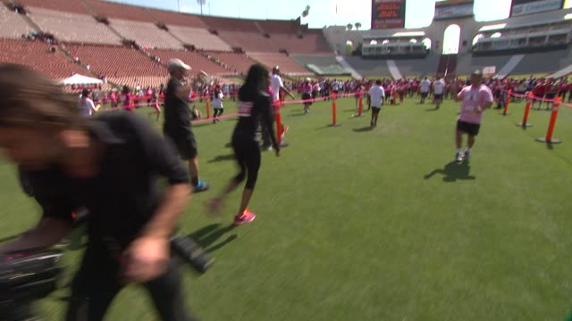 brandy at the 21st annual eif revlon run walk for women at los angeles coliseum on may 10, 2014 in los angeles, california. - レブロン点の映像素材/bロール