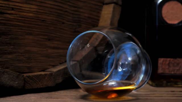 vídeos de stock, filmes e b-roll de conhaque no bar balcão - barril