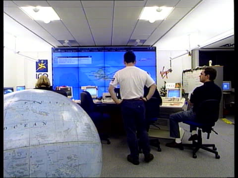 branson world balloon trip ends; itn england: middlesex: uxbridge: operations room: int workers in operations room mike kendrick demonstrating... - pacific war stock-videos und b-roll-filmmaterial
