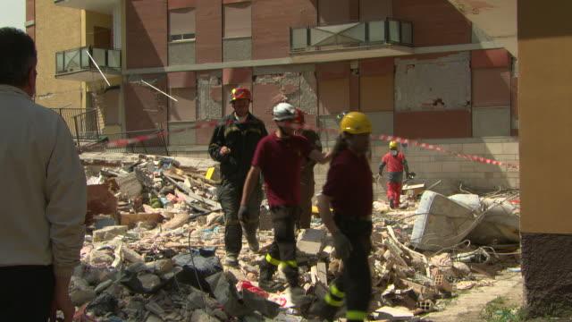 stockvideo's en b-roll-footage met brash, earthquake aquila 2009 - reddingswerker