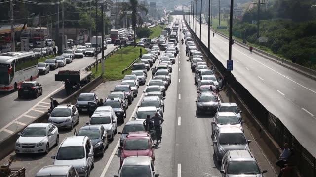 brasil estaba el jueves al borde de la paralizacion en el cuarto dia de una protesta de camioneros contra el aumento del precio del diesel con... - transporte bildbanksvideor och videomaterial från bakom kulisserna