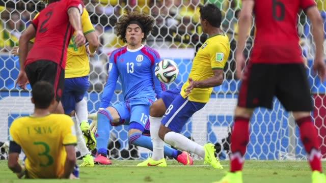 Brasil se enfrento a un aguerrido Mexico y ninguno consiguio marcar un gol en Fortaleza lo que les hace encabezar el grupo A con los mismos puntos
