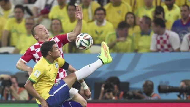 brasil se estreno el jueves en el mundial nervioso ante la multitud pero aseguro la victoria sobre una feroz croacia con una destacada actuacion de... - multitud stock videos & royalty-free footage