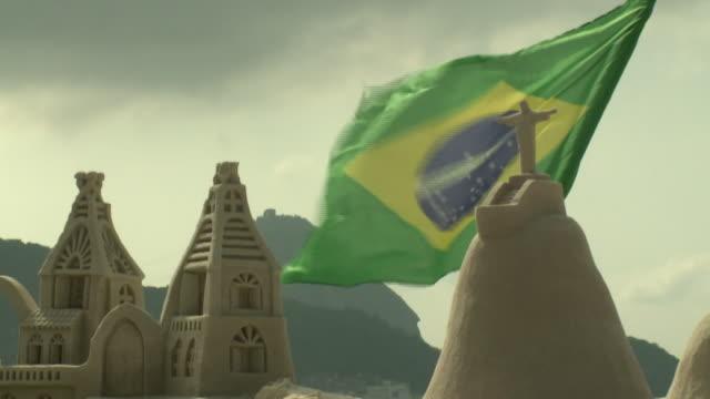 vídeos de stock, filmes e b-roll de brasilien - sand structure in rio beach - areia