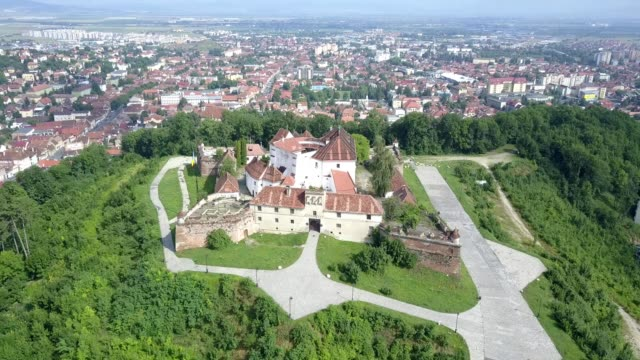 vidéos et rushes de brasov - flying over the old citadel - transylvanie
