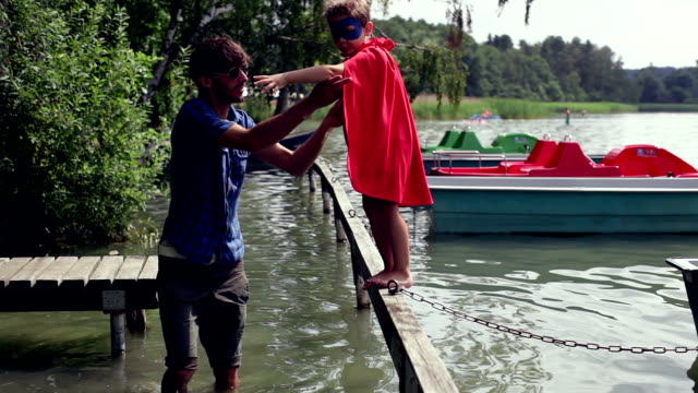 tapfere baby superman am see - genderblend stock-videos und b-roll-filmmaterial