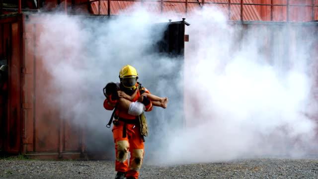 brave brandman kör ut från fire burning building olyckor efter att ha hjälpt kid offer - släcka bildbanksvideor och videomaterial från bakom kulisserna