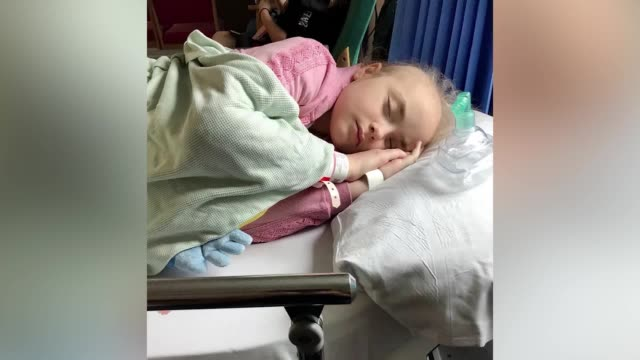brave little girl who has been battling leukaemia for three long years is determined to have a laugh on christmas day, despite having to spend it in... - 白血病点の映像素材/bロール
