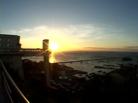 vídeos de stock, filmes e b-roll de ws, pan, brazil, bahia, morro de sao paulo, seashore at sunset - panning