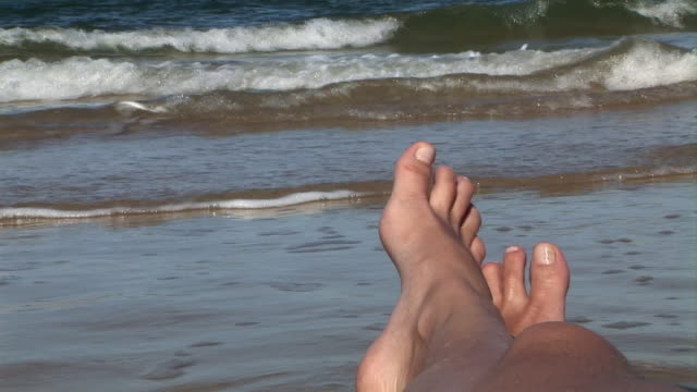 vídeos y material grabado en eventos de stock de cu, brazil, bahia, woman lying at shoreline, close-up of feet - acostado