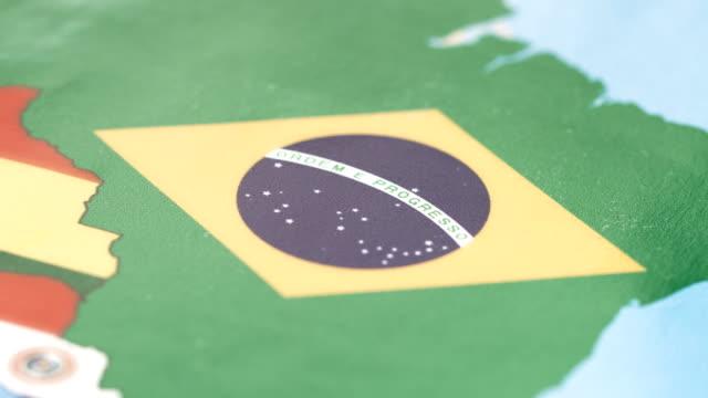 vídeos de stock, filmes e b-roll de fronteiras do brasil com a bandeira nacional no mapa do mundo - mapa