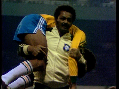 vidéos et rushes de brazil defensive midfielder toninho cerezo is carried from field on shoulders of brazil team physio after sustaining injury during international... - porte structure créée par l'homme