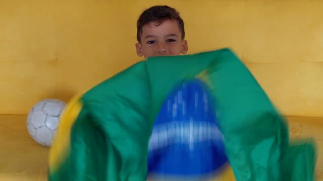 vídeos de stock, filmes e b-roll de menino de fã do brasil - bandeira