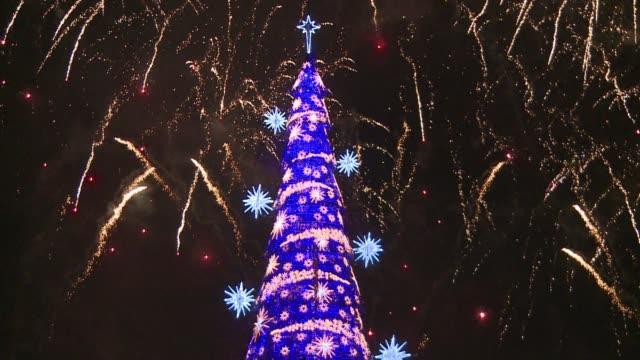 vídeos y material grabado en eventos de stock de brazil lights up the world's largest ever floating christmas tree in a spectacular display of fireworks - brasil