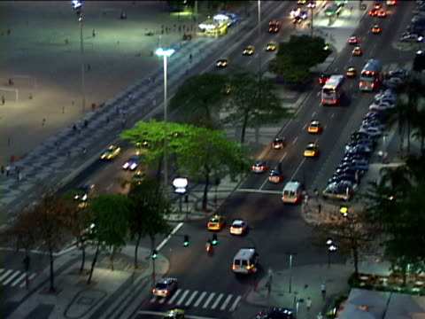 stockvideo's en b-roll-footage met ws, ha, tu, brazil, rio de janeiro, copacabana beach and traffic on street at night - waaierpalm