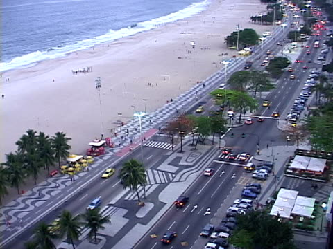 stockvideo's en b-roll-footage met ws, ha, tu, brazil, rio de janeiro, copacabana beach and traffic on street - waaierpalm