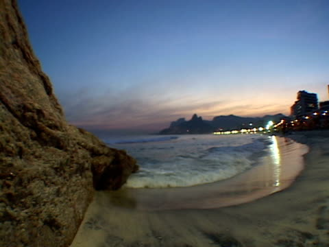 ms, brazil, rio de janeiro, ipanema beach at sunset - placca di montaggio fissa video stock e b–roll
