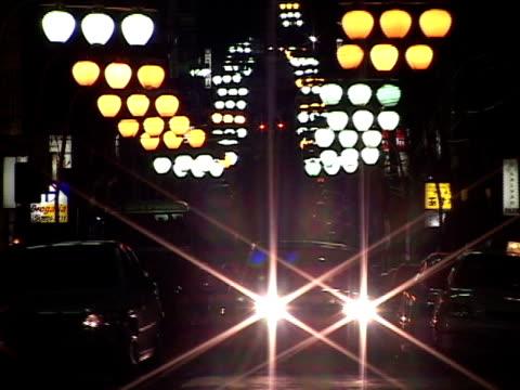 ms, zo, brazil, sao paulo, traffic in bairro da liberdade at night - liberdade stock-videos und b-roll-filmmaterial