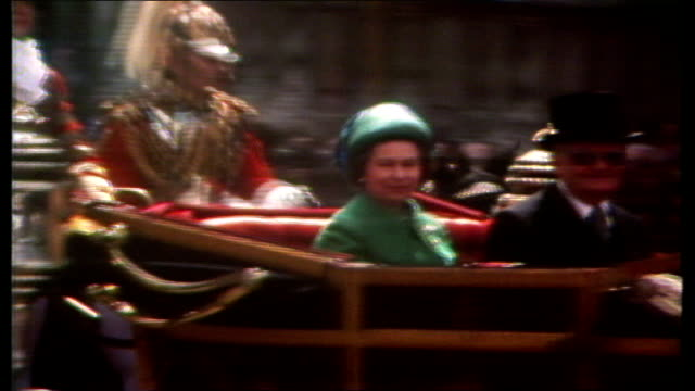 london ms procession towards pan household cavalry lr buckingham palace lms queen and geisel out of coach at palace - 陸軍点の映像素材/bロール