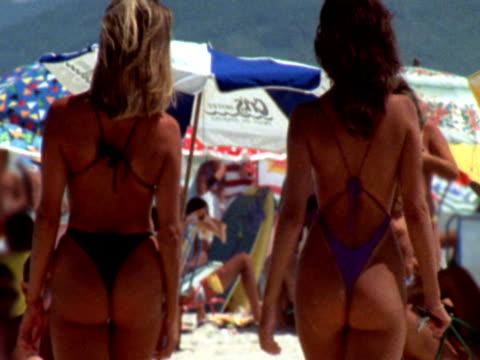 brasilianische butts auf ipanema beach, ntsc - bikini stock-videos und b-roll-filmmaterial