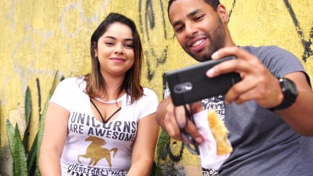 vídeos de stock, filmes e b-roll de brasileiro par tomar um selfie - brasileiro pardo