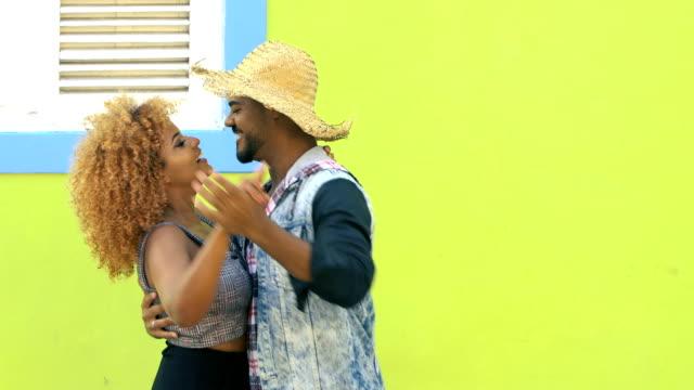 vídeos de stock, filmes e b-roll de casal brasileiro vestindo roupas típicas para festa junina - espaço para texto