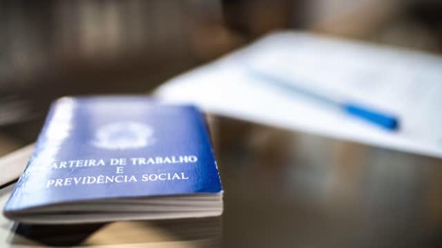 vídeos y material grabado en eventos de stock de trabajo de documentos brasileños y seguridad social (carteira de trabalho e previdencia social) - empleo y trabajo