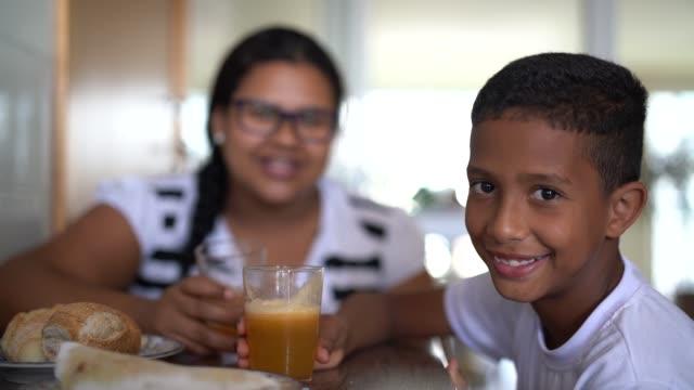 vídeos de stock, filmes e b-roll de família brasileira - mãe e filho comer tapioca no café da manhã - breakfast