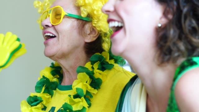 ブラジルの家族家でサッカーの試合を見て - 祖母点の映像素材/bロール