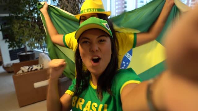 vídeos de stock, filmes e b-roll de pov de fã brasileiro comemorando em casa - bandeira