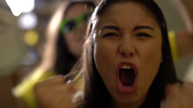 vídeos de stock, filmes e b-roll de torcedor brasileiro comemora em casa - competição